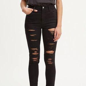 Black Levi's distressed skinny jeans